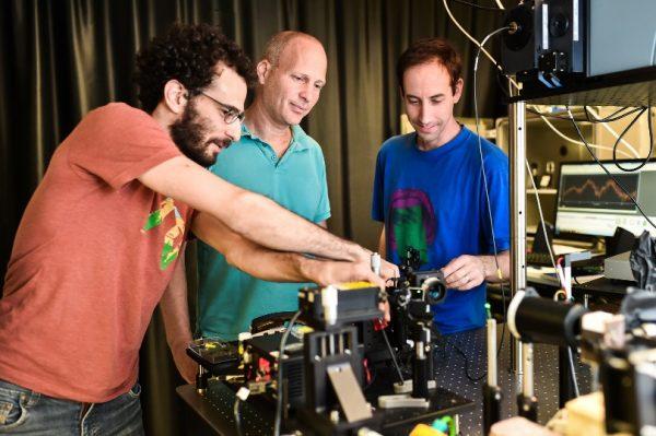 מימין לשמאל : נמרוד קרוגר, פרופ'-משנה כרמל רוטשילד ואסף מנור במעבדה. צילום : ניצן זוהר, דוברות הטכניון