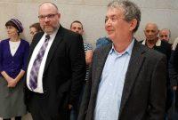 מימין הדיקן היוצא, פרופ' יורם הלוי, ומשמאל הדיקן הנכנס, פרופ' אולג גנדלמן